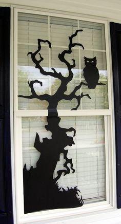 Halloween: kiszáradt fa ablakdísz, figyelő fülesbagollyal